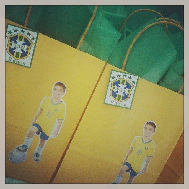 Se teve uma sacolinha diferente foi a do Yan. A mamãe Fernanda nos mandou a foto do seu jogador e ele virou a decoração da sacolinha para sua festa de futebol! #sacolinhasurpresa #novidade #futebol #ratchimbum #loja #novaodessa