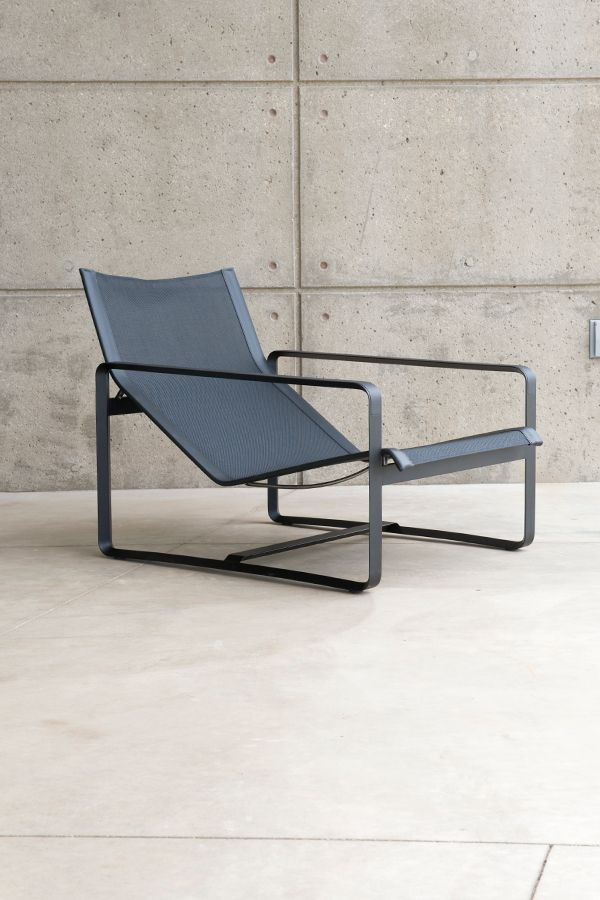 The frame of the Neutra chair has a rectangular profile that creates the illusion of an extra thin line and is completely weldless, thanks to a special technique of aluminium high-pressure injection.