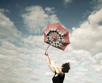 Photocase - 'gleich fliegt er weg' ein Foto von 'johny schorle' #photography #stock #umbrella #girl #happy #sky #woman #joy