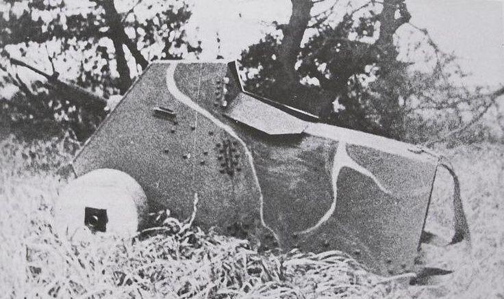 銃鎧。大日本帝国で開発されていた人体用ボディアーマーの一種。第一線での弾雨を中を進む戦闘工兵を防護する目的で開発されていた。幾つものタイプが試作され亀の甲羅のようなものや写真のようなボックス型も作られている。