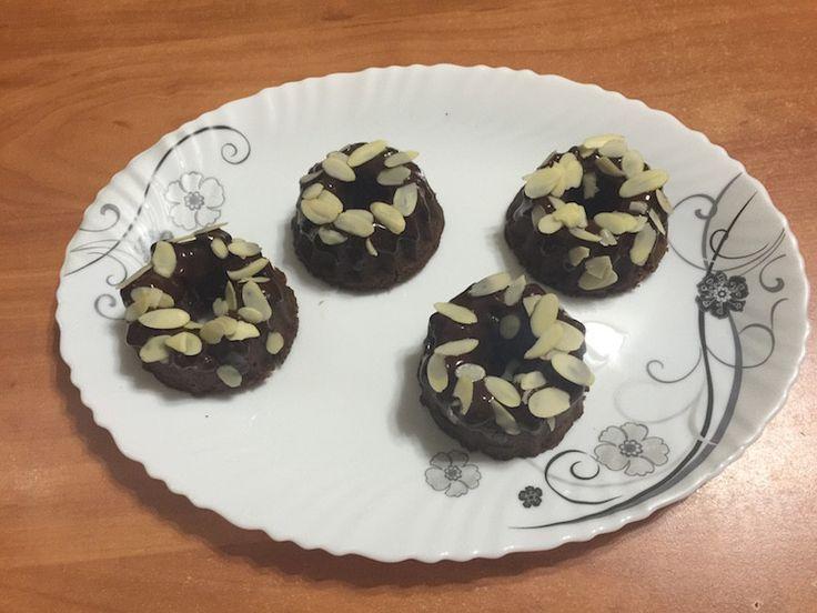 Японские шоколадные пончики -    Японские шоколадные пончики. Очень красивый рецепт. Изящный результат. Но пончики, как и всё японское, маленькие. Или у нас формочки маленькие?   #пища #десерт #пончики #food #dessert #donuts