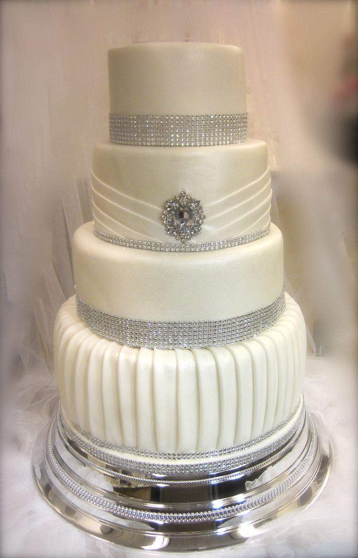 Valkoinen helmiäinen ja säihkettä Hääkakussa. White pearl and shining Wedding cake. www.kakkuhelmi.fi