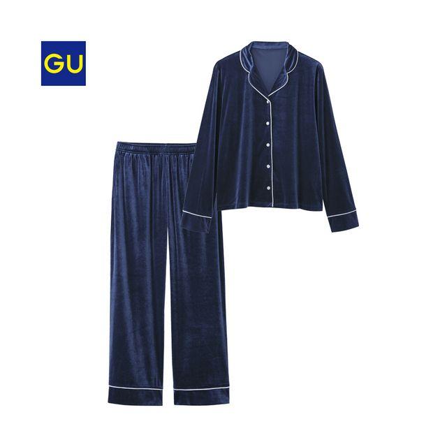 トレンドのベロア素材を使用した長袖&ロングパンツタイプのパジャマが登場。少し短めのトップスとワイドパンツの組み合わせが、絶妙なシルエット。※ベロア生地の特性上、お届け時にたたみ跡や折り目等がついている場合がございます。また、ご使用当初、生地表面に付着した毛羽が落ちる場合がございます。(XS,XXLサイズは、オンラインストアのみでの販売となります。)