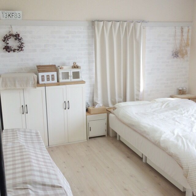窓挟んで反対側にも壁紙貼りました( •̀ᴗ•́ )و ̑̑ ちょっと足りなくて… 窓際貼れてないんだけど… バレないかな?˚‧·(´ฅωฅ`)‧º·笑  クッションフロアも壁紙屋本舗さんの♡ ベッドの足にも、白い木目の壁紙貼ってます( *´艸`)  このお部屋は、元は8畳の和室です(♡ˊ艸ˋ♡)3コインズ/salut!/レンガ壁紙/壁紙屋本舗/壁紙DIY/賃貸DIY…などのインテリア実例 - 2015-06-12 22:32:27 | RoomClip(ルームクリップ)
