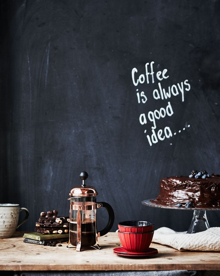 Coffee is always a good idea quote on a black chalkboard kitchen wall, with a french press, red bowls and a chocolate cake on a cake stand | Styling Fietje Bruijn, Marianne Luning, Frans Uyterlinde | vtwonen june 2015 | #vtwonenshop