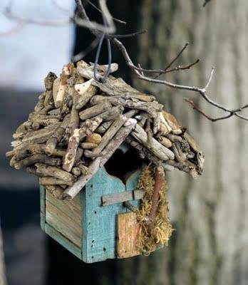 pequenos pedaços de tábuas e alguns gravetos secos e eis uma casa de passarinho.
