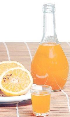 Necesitamos  4 naranjas grandes 1 botella de vodka 1/2 taza de azúcar     Preparamos     1. Lavamos las naranjas y pelamos las naranjas con ...
