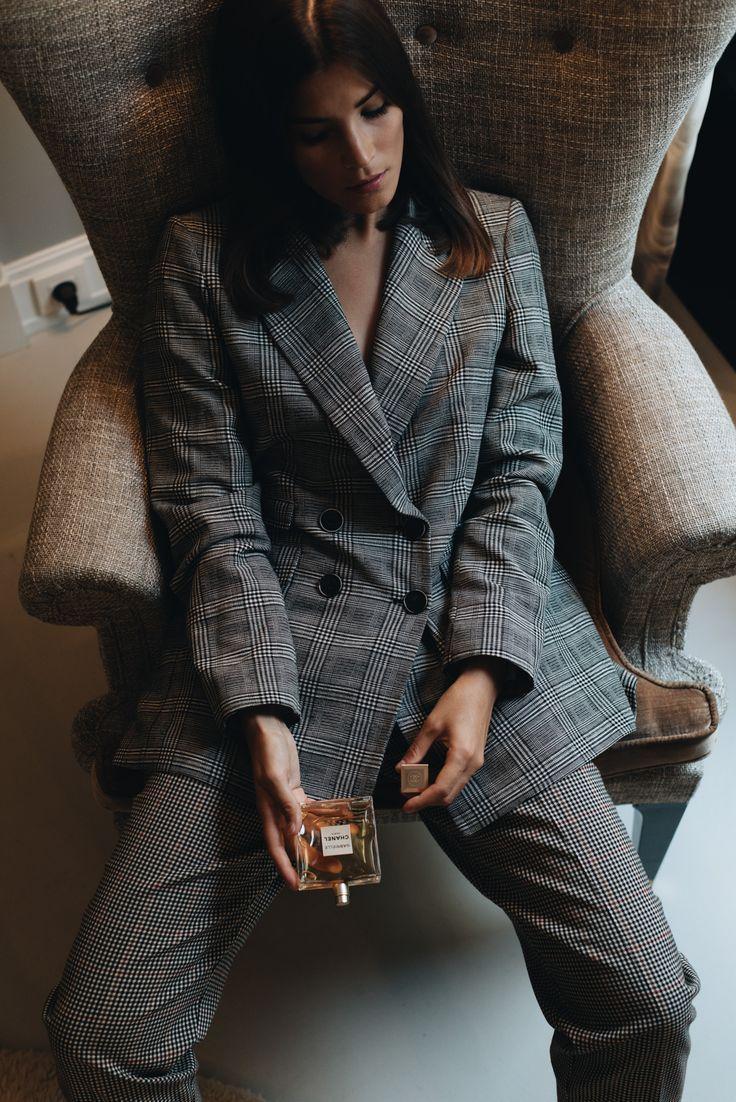 Nina Schwichtenberg testet das neue Gabrielle Chanel Parfum und setzt es in Form eines Beauty Editorial in Szene. Sie trägt einen Glencheck Blazer und eine karierte Hose. Mehr auf www.fashiioncarpet.com