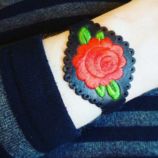 Verstelbare lederen armband met geborduurde bloem. Ontwerp van Urban Hippies. Mat zilveren drukknopen van stainless steel.
