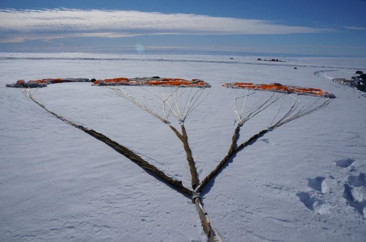 Así se ve la carga cuando llega a la superficie del hielo antártico.