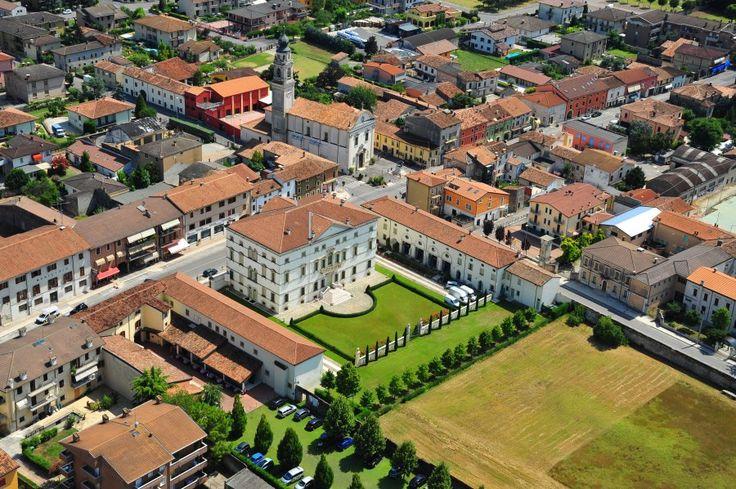 Una splendida veduta dall'alto di Villa Vecelli Cavriani e del paese di Mozzecane (VR)