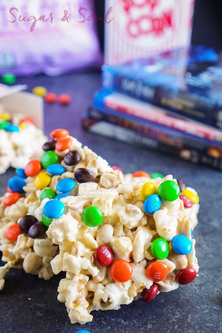 ¡Estos dulces de la noche de la película de la melcocha son tan fáciles de azotar para arriba! Un tratamiento de malvavisco con mantequilla cargado con palomitas, cacahuetes y chocolate - perfecto para la noche de cine!