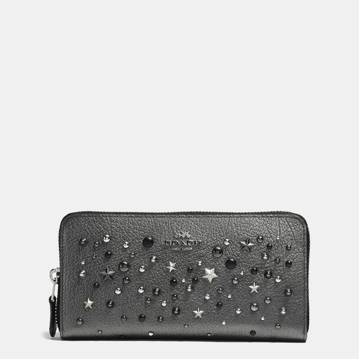 바로 보기 아코디언 집 월릿 인 메탈릭 레더 위드 스타 리벳.디자이너 가방, 지갑, 신발 & 더 많은 상품들을 COACH.com에서 확인하세요!
