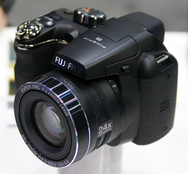 REVIEW: Fujifilm FinePix S4200   By Christian Sherden January 16, 2012   FIRST IMPRESSION A super-zoom bridge model from Fuji.