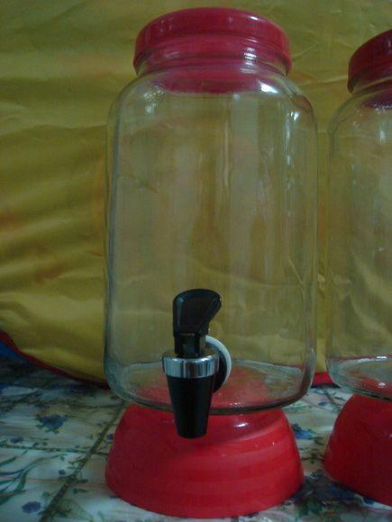 Suqueiras de vidro de 3 litros,com tampa de plastico,em varias cores,com suporte de plastico, ou sem a escolher.  Tampas:nas cores lilás, laranja,amarela,verde limão,vermelha, rose e branca.  Suportes apenas: vermelho,verde limão,azul,laranja.  Torneirinhas nas cores: branca,branca com azul, preta com prata,cinza com prata. R$ 27,00