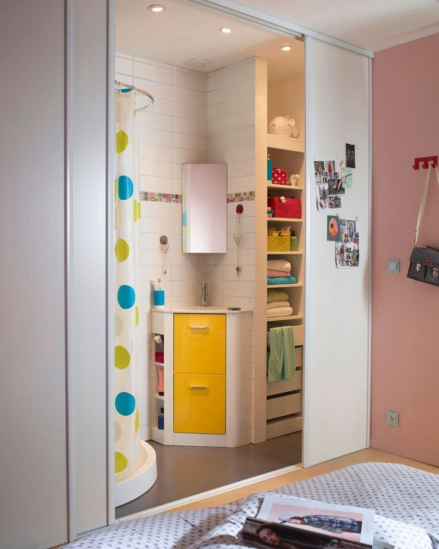 Privilégier le meuble en angle dans les petites salles de bains.