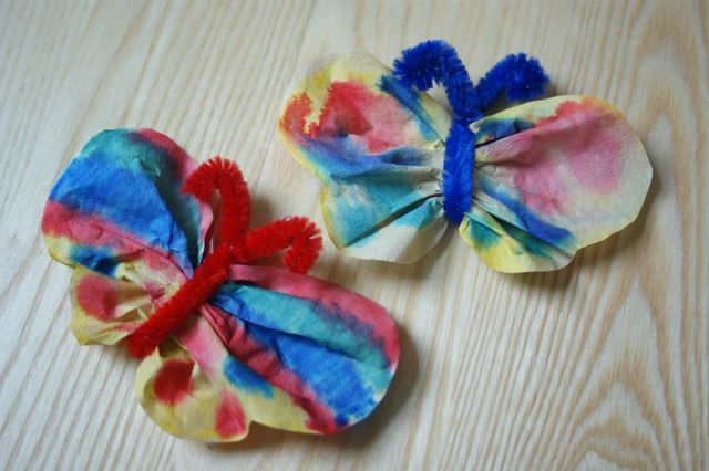 Motyle z filtra do kawy i drucika kreatywnego. Praca dla dzieci na lato. Butterflies with coffee filter and creative wire. Craft for children for the summer.