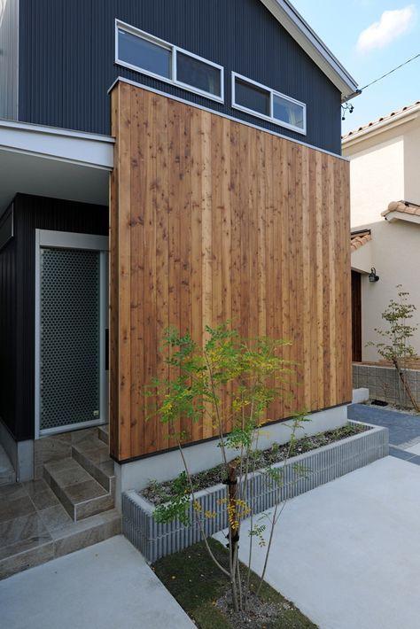 外観 外壁は黒のガルバ。 玄関目隠しとして杉の羽目板貼の壁をアクセントとしています。 外観 ( 昼 )  外壁の黒のガルバは8山角波タイプ。縦の...