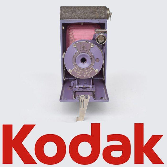 Zeldzame paarse Kodak vest pocket camera type: Rainbow Hawk-Eye 1927  Aangeboden: zeer zeldzame PAARSE Kodak vest pocket camera van het type Rainbow Hawk-Eye.De camera heeft een diafragma instelling genummerd 1 t/m 4. Dit is een draaischijfje welk aan de zijkant van de sluiter zit.De camera heeft twee sluitertijden: T en I. De geschatte sluitertijd I zal ongeveer 1/50 zijn. De camera bevindt zich in een redelijk goede staat. Behuizing ziet er zelfs erg goed uit. Zeer weinig lak schade. De…