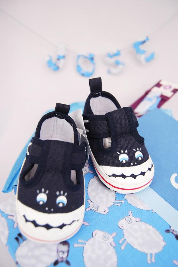 Unas mini-tibuzapatillas, es decir, unas zapatillas con forma de tiburón pintadas a mano