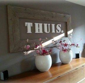 Een lijst gemaakt van steigerhout. De letters in lettertype Stencil komen van decotrendz Mooie ronde vazen met takken en bloesem.