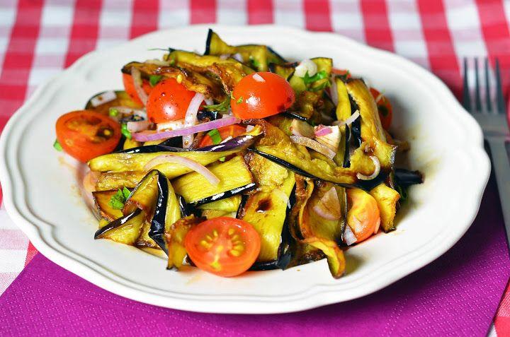 Салат из баклажанов   Это немного необычное сочетание продуктов даёт салату богатый и сложный вкус. Готовить его так же просто, как и все салаты.