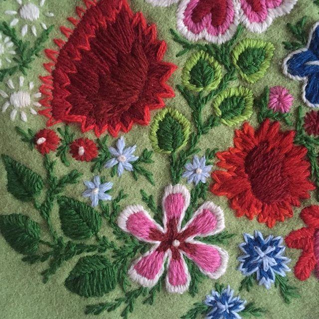 Broderar på en liten väska. Mönster från en kjolsäck från Gangnef 1800-tal.