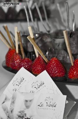 http://www.lemienozze.it/operatori-matrimonio/catering_e_torte_nuziali/servizio-catering-a-roma/media Fragole in finger food per il ricevimento.