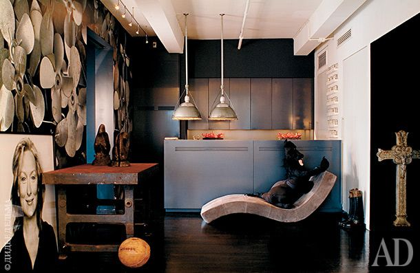 Обои с авиационными винтами по рисунку дизайнера Шарлотты Хаген-Казес для P&T Interiors. Портрет Мерил Стрип, любимой актрисы хозяина дома, сделан фотографом Брижит Лакомб. Кресло-шезлонг, P&T Interiors.