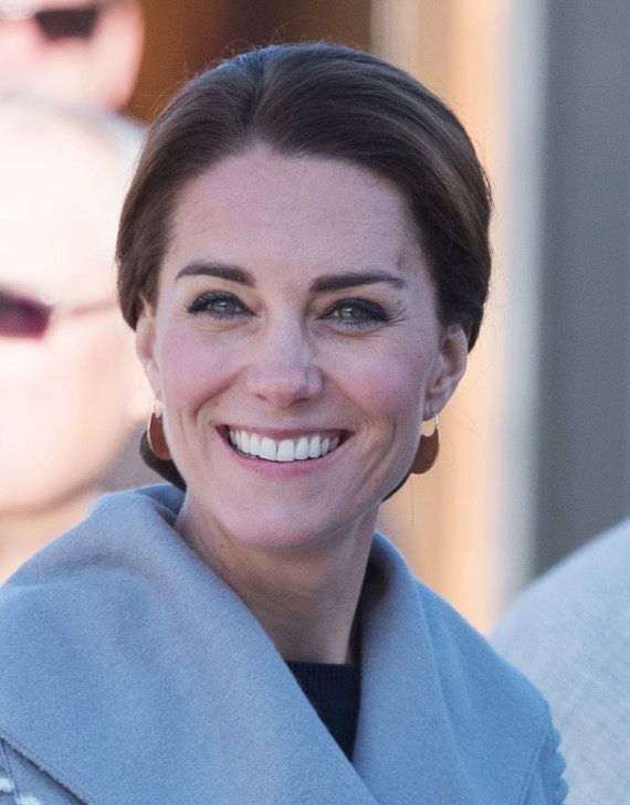 This listing is for one pair of large bronze and sterling silver earrings inspired by the design of traditional all-purpose Inuit knife, the ULU - as seen worn by Catherine, the Duchess of Cambridge during her Canadian tour in Carcross Yukon in September of 2016. The ear wire is .925 sterling and are hypoallergenic. The large earring measures 3cm in height and the Ulu blade is 13mm wide.  Please note that your patience is required as these are made to order and due to the recent increase in…
