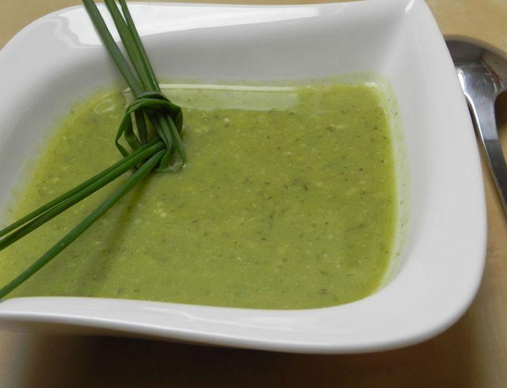 Recept na hráškovou polévku Potřebujete: 400g hrášku, litr vody, pepř, lžičku másla, z koření tymián, bazalka a jiné. K přípravě můžeme použít mražený nebo čerstvý hrášek. Nasypeme ho do hrnce s vodou a dáme vařit. Přidáme zeleninový bujón bez glutamátu. Různé koření. Já přidávám půl lžičky tymiánu. Když je hrášek měkký, polévku rozmixujeme do krému. Na závěr přidáme lžičku másla. Na talíři přidáme do každé porce ještě lžičku nějakého panenského oleje.