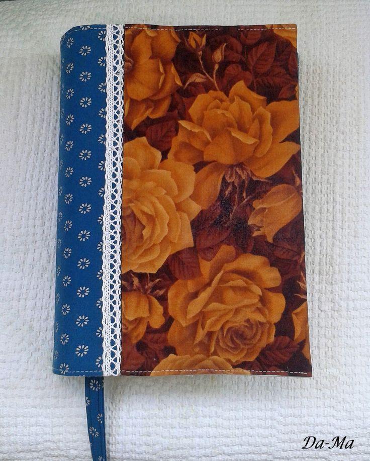 Textilní obal na knihu je ušitý ze 100% bavlny, vyztužený, s podšívkou a zdobený bavlněnou kraječkou. Rozložený má rozměry 22 x 32,5 cm