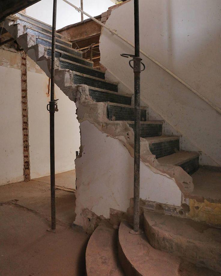 A parede que fechava a escada já foi totalmente demolida, o modelo novo vai integrar muito melhor os ambientes. Palpites do estilo dessa escada? #ornacafesala02