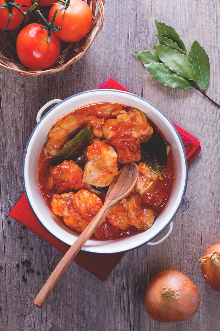 Il coniglio alla cacciatora è un secondo piatto tipico italiano: le sue carni bianche vengono insaporite con erbe aromatiche e sugo di pomodoro. Una prelibatezza! #Giallozafferano #recipe #ricetta