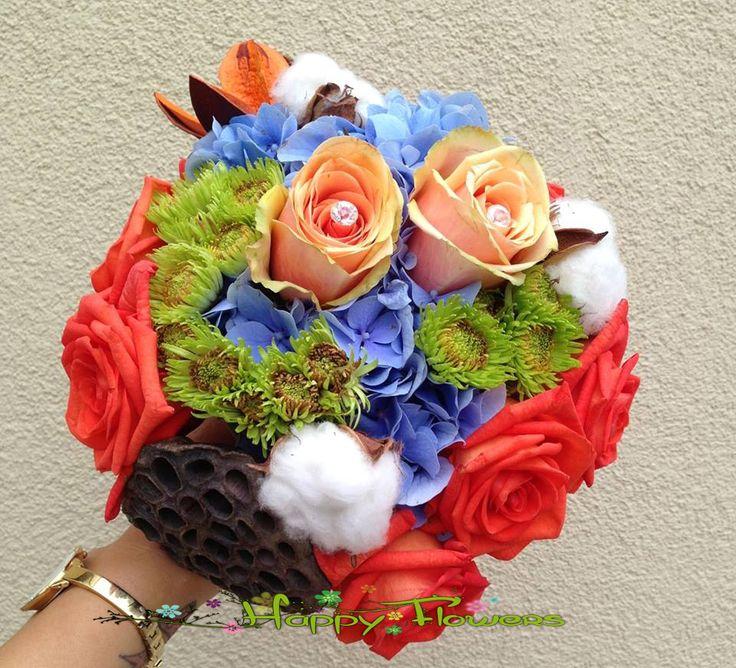 Buchet mireasa Hortensie,trandafiri,santini,bumbac,flori si fructe uscate  Pret: 300 RON