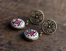 Cercei brodati manual cu motive traditionale romanesti , pe panza taraneasca