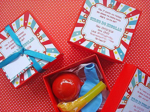 Um convite super original e fofo. <br>Surpreenda os seus convidados com uma caixinha convite que acompanha nariz de palhaço, língua de sogra e um balão. <br>A convite é feito em papel de alta gramatura. <br>Tag com o nome do convidado impresso - R$0,35 cada <br>Pode ser feito em diversas cores. <br> <br>Tamanho: 7,8x7,8 x 3,8 cm <br>Pedido mínimo: 20 unidades. <br>O prazo para entrega varia de acordo com a quantidade solicitada.
