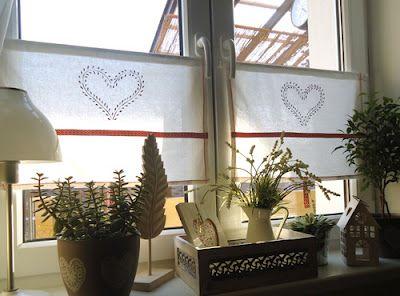 een nieuwe gordijnen in de eetkamer, die ik gemaakt van handdoeken van Ikea en versierd met geschilderde hartjes