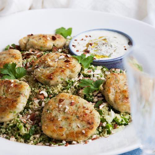 Ett enkelt och fräscht recept på fiskbiffar med smak av mynta. Rätten serveras med en härlig couscoussallad och gurkyoghurt. Smaklig måltid!