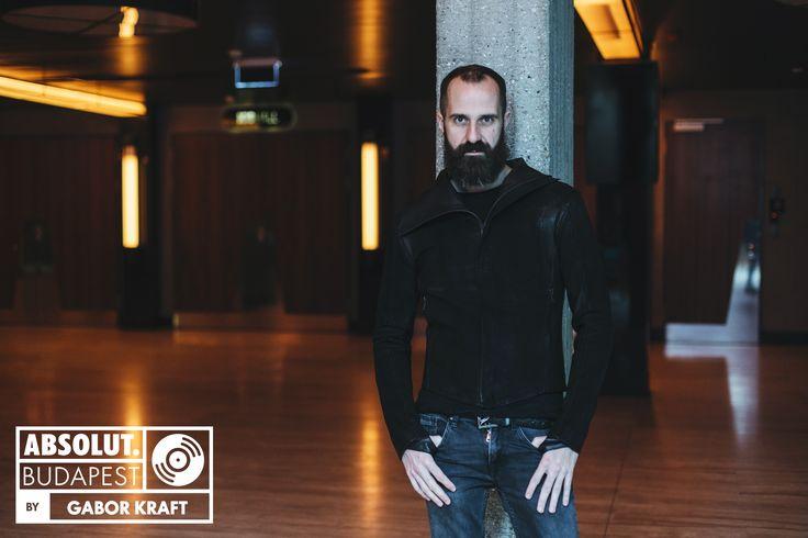 Gabor Kraft 15 évet húzott le Coyote-ként a magyar elektronikus zenei színtéren, és valójában mindent elért itthon, amit lehetett. Aztán hozott egy döntést, nevet változtatott, és újra felépítette magát. Nem az a típus, aki megijed a kihívásoktól, viszont nem is görcsöl a sikerért. Bár sokszor úgy tűnik, hogy lépéseit gondosan megtervezi, leginkább ösztönösen építi karrierjét.
