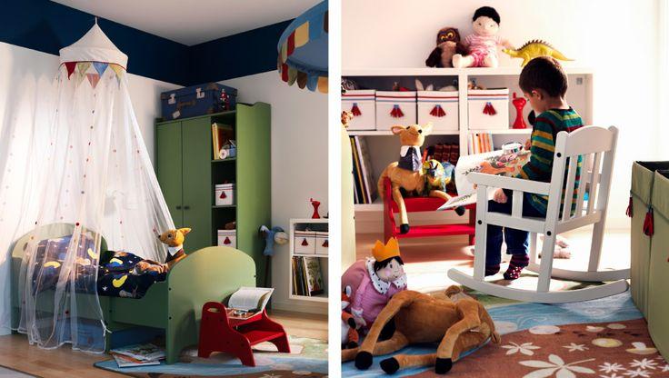 Kinderzimmer u. a. mit ausziehbarem TROGEN Kleiderschrank + TROGEN Bettgestell in Grün, VANDRING UGGLA Bettwäsche-Set dunkelblau, TROGEN Tritthocker in Rot, TROFAST Wandaufbewahrung weiß/weiß, SKOJIG Wandleuchte weiß, PYSSLINGAR Bettkasten hellblau + kurzflorigem VANDRING SPÅR Teppich braun/grün