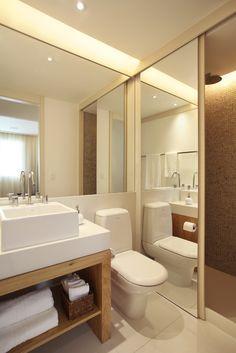 Banheiro pequeno mas nada sem graça, olha como o espelho esconde o chuveiro, bem mais interessante que uma porta de vidro! #banheiro - Paula Neder