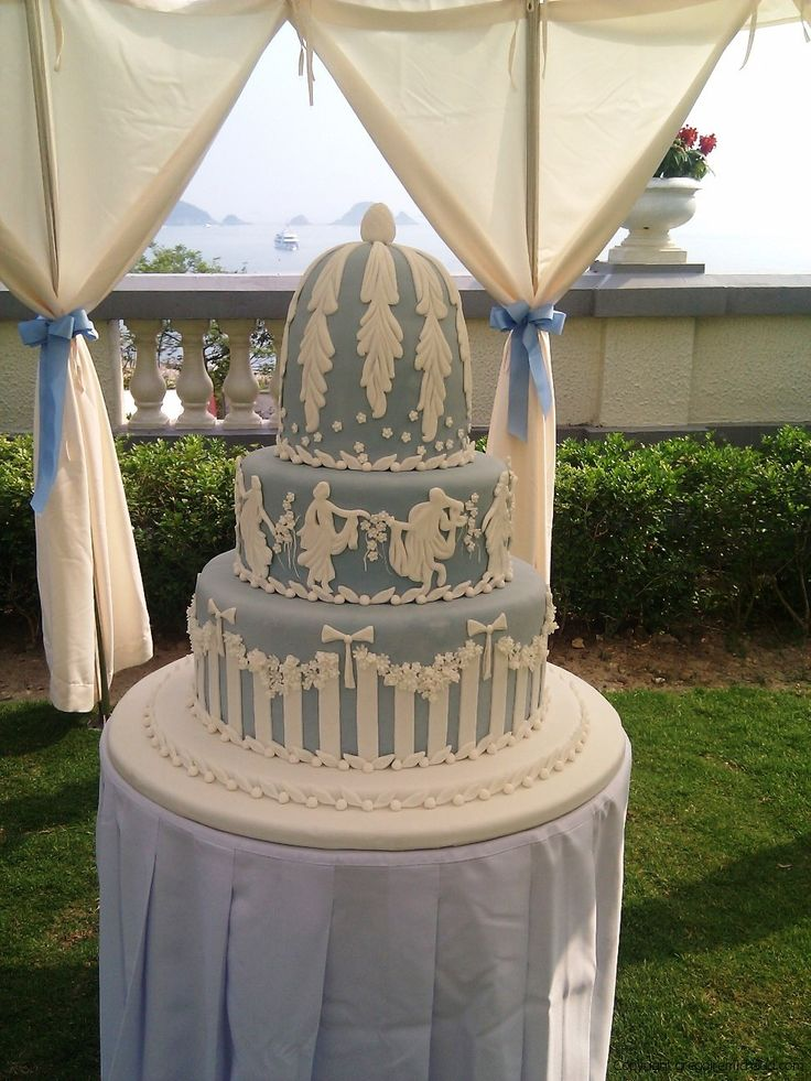 Another gorgeous Wedgwood Jasperware inspired cake! What stunning detail once more... #WedgwoodJasper