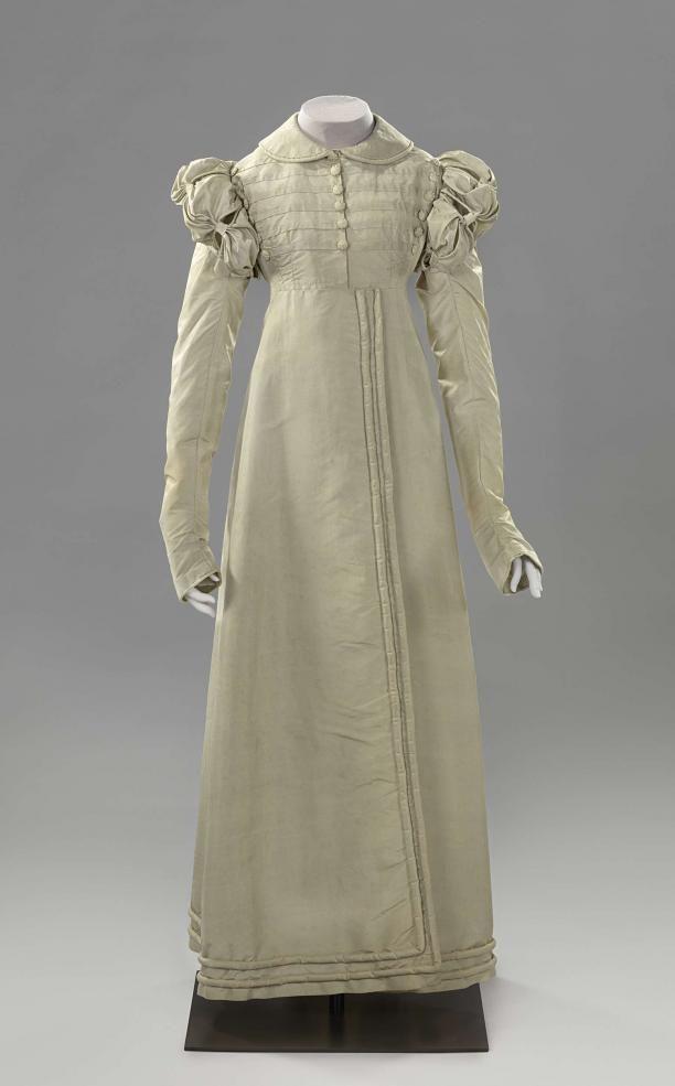 Redingote of jasjurk (a) van zijde oorspronkelijk changerend van blauw naar lila, maar sterk verkleurd en spencer met ontbrekende mouwen (b) van dito zijde | Modemuze