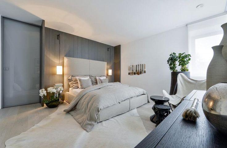 Ložnice pro hosty je vybavena čalouněným lůžkem s vysokým čelem. Dekoraci na stěně tvoří skupiny kaligrafických štětců přivezených z Číny.