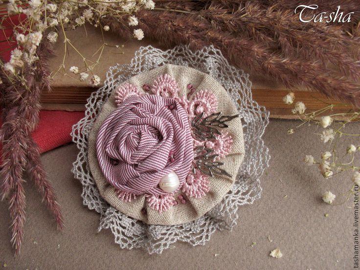 Купить или заказать 'Мадлен'  бохо брошь, цветок из ткани в интернет-магазине на Ярмарке Мастеров. Небольшая романтичная брошь цветок для вашего весенне-летнего образа. Брошь выполнена из льна и нежной мягкой ткани в тонкую полосочку (хлопок + вискоза) производства Германия. Визуально полосы сливаются и получается приглушенный бордово-розовый цвет, пудровый оттенок. В обрамлении броши хлопковое кружево серого и розового цвета. Брошь украшена крупным барочным жемчугом и бисером. Брошь…