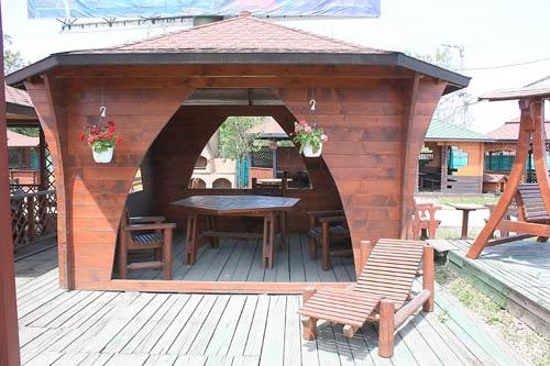 Foisor si mobilier din lemn pentru gradina