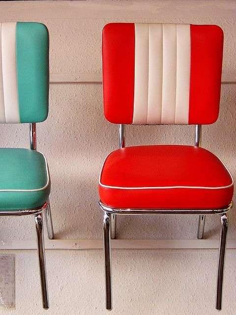 Sedie imbottite anni 50 - Sedie imbottite rosse e azzurre per un arredamento anni 50 d'ispirazione americana.