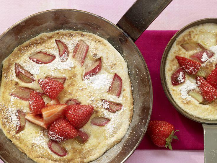 Grießpfannkuchen mit Rhabarber - Für 1 Erw. und 1 Kind (1–6 Jahre) - smarter - Kalorien: 485 Kcal - Zeit: 25 Min. | eatsmarter.de