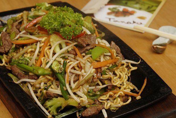 O yakisoba é considerado um prato eclético, pois pode substituir a carne bovina por suína, frango, e até por frutos do mar, como camarão, lula e polvo.